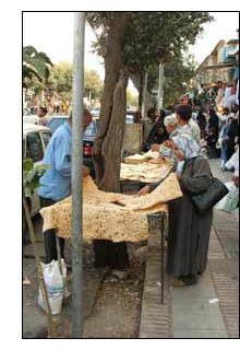 Dobrando o pão no meio da rua