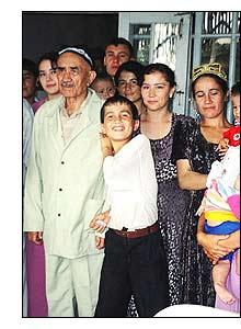 O senhor Ali e alguns membros de sua família