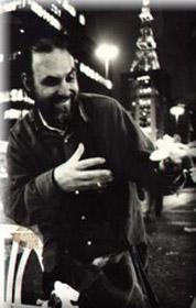 Seu Armando vendendo bichinhos pela noite paulistana(Foto: Arquivo Pessoal)