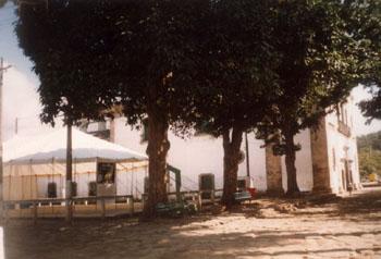 Lona montada na Praça da Matriz