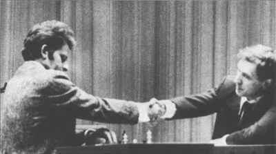 Spassky cumprimenta formalmente Fischer ao fim de um jogo
